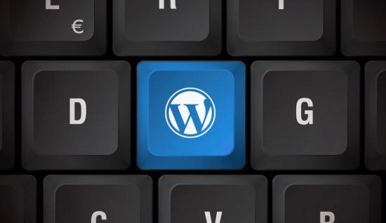 foto teclas blancas de teclado negro con tecla azul con el logo de WordPress