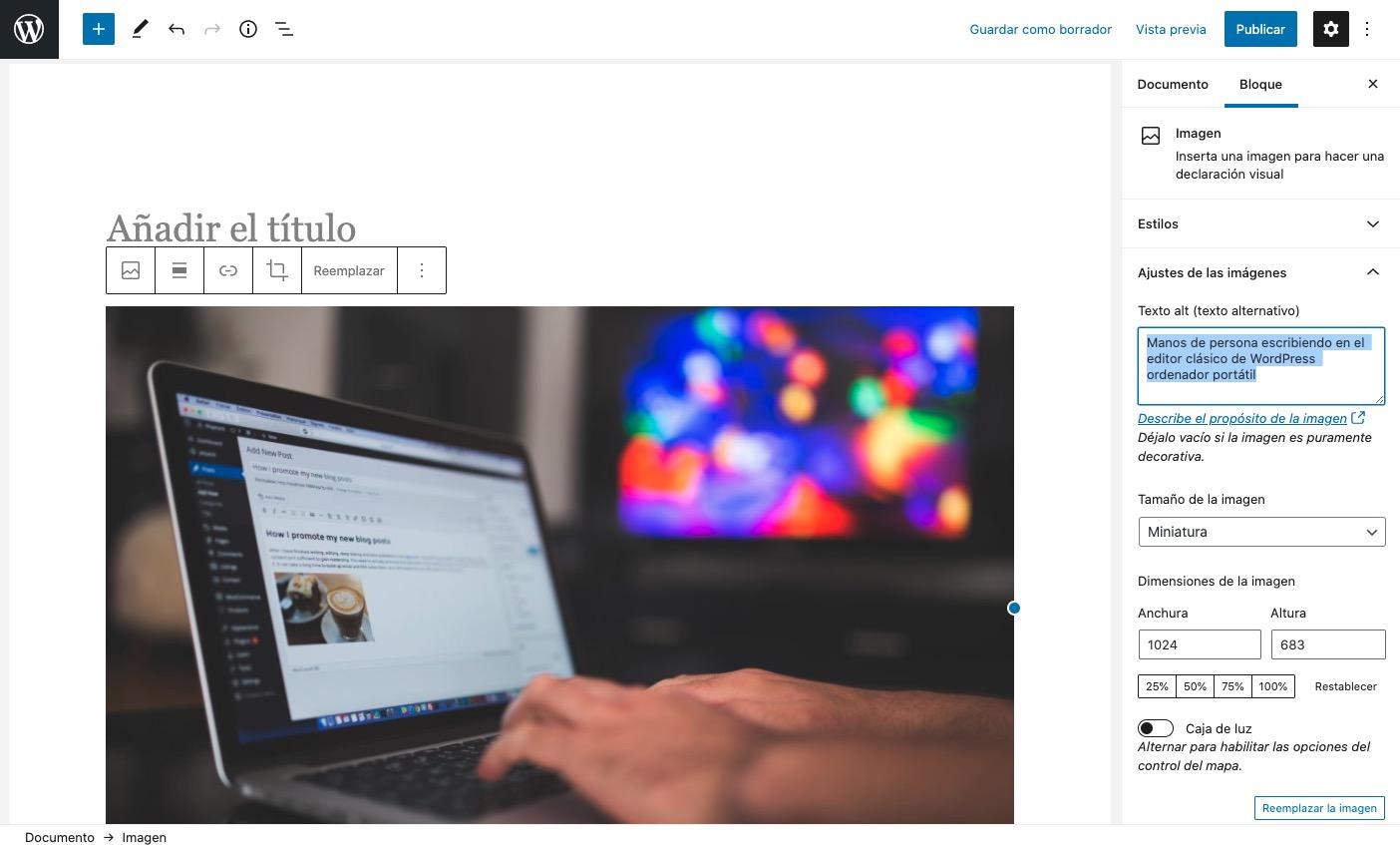 manos tecleando en ordenador portátil con editor clásico de WordPress